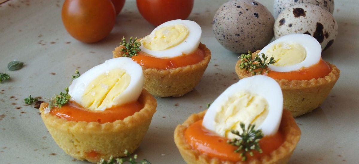 Crostatine alla maionese al pomodoro e uova di quaglie